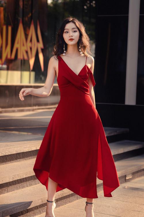 Đầm Đỏ Dài Xẻ Tà Trước